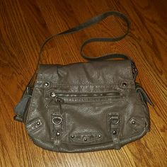 Converse Bag Zipper pocket on front flap and 2 snap button pockets on sides. Inside also has one zip pocket and 2 open ones. Great bag with lots of room for all of the essentials. Has an adjustable strap ?? Converse Bags