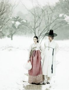 Couple Walk in the Snow - woman wearing Korean hanbok Korean Traditional Dress, Traditional Fashion, Traditional Dresses, Geisha, Vogue Korea, Korean Dress, Korean Outfits, Mode Baroque, Burma