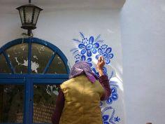 """A missão datchecaAgnes Kasparkova, de87 anos, é simples: tornar o mundo um lugar mais bonito.    Com simplicidade, simpatia e inspiração, ela vai de casa em casa na suavilade Louka, na Morávia, pintando as casas da vizinhança.""""Eu"""
