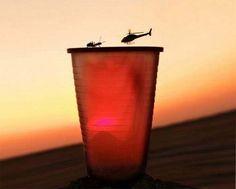 una hormiga en un baso en frente de un helicoptero