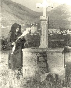In the background Kitta, Laconia, Greece. Greece Pictures, Greek History, Vintage Pictures, Old Photos, Nostalgia, The Past, Black And White, World, Graveyards