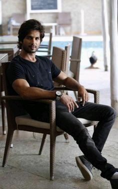 13.8.17 Style Pic, My Style, Casual Outfits, Men Casual, Shahid Kapoor, Cute Actors, Bollywood Actors, Fashion Pictures, Popcorn