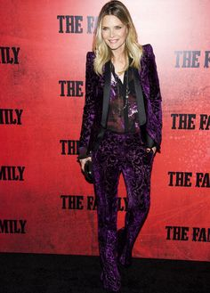 Michelle Pfeiffer con un total look masculino de Roberto Cavalli, de pantalón y chaqueta en terciopelo bordado púrpura. Le queda excelente