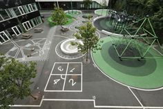Mit viel Liebe zum Detail wurden die Außenareale in einem Wechselspiel aus Formen, Höhen und Senken sowie mit verschiedenen Untergründen gestaltet. - Bunte Intarsien in dänischer Grundschule