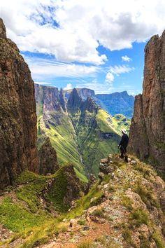 Een wandeling door de indrukwekkende Drakensbergen mag niet ontbreken tijdens je roadtrip door Zuid-Afrika.  South Africa Travel  हमारी साइट को अधिक जानकारी प्राप्त करें   https://storelatina.com/southafrica/travelling  #tourafrica #viajeafrica #SouthAfricaTravel #tour