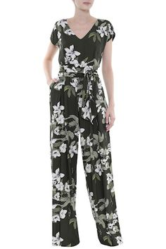 Macacão Feminino - Macacão Longo Viscose Floral | Amissima Mode Abaya, Mode Hijab, Model Outfits, Indian Designer Outfits, Trendy Suits, Spring Summer Fashion, New Dress, Muslim Fashion, Casual Outfits