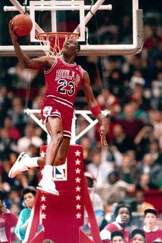Michael Jordan en una se sus competencias de clavadas...