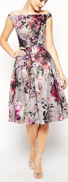 Precioso vestido de flores para subir tu estado de animoEs maravilloso lucir un bello vestido con estampados de flores, falda de vuelo y escote de barco, unas sandalias plateadas combinan...