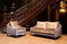 Sofa i fotel Cygnus tapicerowane złotą tkaniną obiciową. Outdoor Furniture, Outdoor Decor, Sofa, Bed, Home Decor, Settee, Stream Bed, Interior Design, Home Interior Design
