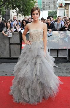 Not many girls could pull off layers of tulle, but leave it to Emma to stun on the red carpet in this dove gray Oscar de la Renta gown.