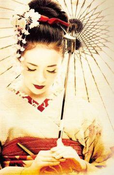 Al ver los flamantes peinados de geisha, nos quedamos asombradas de semejante belleza. Complicados de realizar pero aquí te enseñamos como hacerlos y más. Japanese Art Modern, Japanese Beauty, Japanese Culture, Japanese Birthday, Manga Tattoo, Geisha Art, Kimono Japan, Memoirs Of A Geisha, Japan Tattoo