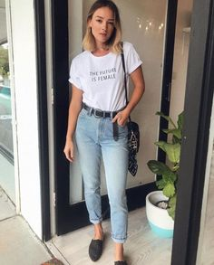 Vista O Look Moda It # vista o look moda it Outfit Jeans, Red Shirt Outfits, Mom Outfits, Casual Outfits, Mom Jeans Outfit Summer, Summer Jean Outfits, Outfits With Mom Jeans, Jeans Casual, Ladies Trouser Suits