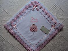 Manta Cueiro flanelado 80x80 bordado e com acabamento de bordado inglês , pode ser feito em outras cores e desenhos, consulte o mostruário.