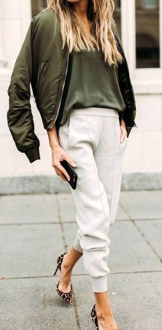 the latest 4fbda eb27e 21 Looks Que Te Servirán De Inspiración Para Usar Pantalones Blancos En  Otoño
