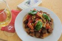Bruschetta Salat ist ein einfaches aber geniales mediterranes Essen und leicht. Also ideal für den Abend.