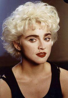 Madonna também se arriscou no cinema lançando em 1985 Procura se Susana Desesperadamente e em 1986 ela retorna com Quem é essa garota? Mas a carreira cinematográfica de Madonna é um caso (ruim) a parte.