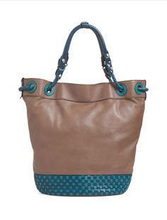 72100 | Bolsa grande em couro em formato balde, com detalhe de tressê no corpo, ilhoses de couro e alças de ombro trançadas.