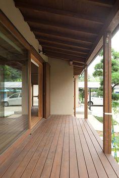 和の中心の家: 田中ナオミアトリエが手掛けたベランダです。