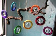 Regenbogenkristall in Filzringen aus Märchenwolle, vllt. auch als Mobile?