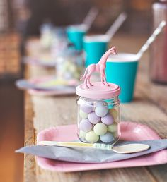 Pot de bonbons en verre avec couvercle pastel et une figurine d'animal