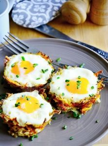 Zábavný ajednoduchý spôsob, ako si naservírovať víkendové alebo sviatočné raňajky. :) Tým narážam na prichádzajúcu Veľkú noc, ku ktorejvajíčka jednoznačne patria! ;) Či už ako výzdoba, alebo na tanieri vtakýchto chutných zemiakových hniezdočkách. :) Určite zabodujete!TIP: Recept je flexibilný. Namiesto mrkvy môžete pridať cukin