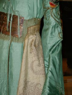 Embroidery details of Cersei's gown (©)