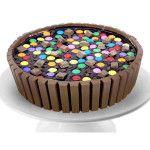 Torta Kid Kat feito com: Bolo fofinho de chocolate recheado com doce de leite artesanal e coberto com tabletes de chocolates e pastilhas.