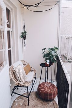 85 kleine Wohnung Balkon Dekoration Ideen – Wholehomekover Informations About 85 small apartment balcony decorating ideas – Homekover Pin You … Small Balcony Design, Tiny Balcony, Small Balcony Decor, Small Patio, Balcony Ideas, Balcony Garden, Small Balcony Furniture, Garden Furniture, Small Terrace