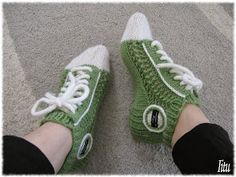 On nyt tullut niin paljon vastaan neulottuja/virkattuja tennarisukkia, et teki sit itekkin mieli kokeilla. Nää syntyi omasta päästä, kuiten... Knitting Socks, Hand Knitting, Knit Socks, Crochet Slippers, Knit Crochet, Wool Yarn, Sock Shoes, Converse, Crafts