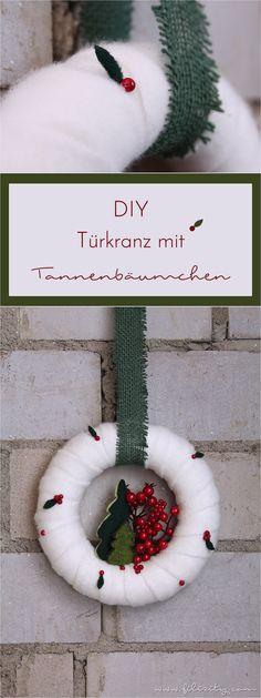 Mit diesem kontrastreichen Türkranz mit Beeren und Fleece-Tannen schafft ihr eine fröhliche Atmosphäre für die ganze Weihnachtszeit. #weihnachten #kranz #tannenbaum #diy #basteln