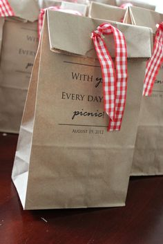 Great idea... stamped and ribbon tied picnic lunches #summerparty #picnic #lunch Picnic Time, Picnic Lunch Ideas, Picnic Menu, Picnic Bag, Lunch Bags, Fiesta Picnic, Picnic Lunches, Summer Picnic, Picnic Baskets