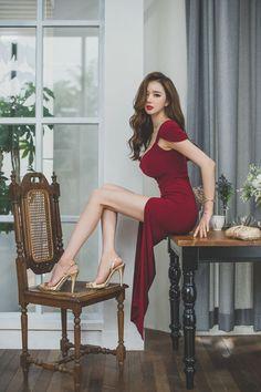 地板美模鲜艳红裙体态修长妖艳勾人魂魄