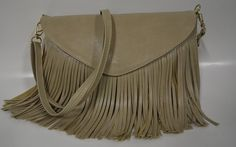 As bolsas de franjas são práticas, espaçosas e muito duráveis. É por isso que toda mulher adora e não dispenda é uma peça-chave que não pode faltar no seu guarda-roupas.