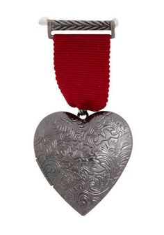 If there is one thing I love in fashion at the moment it has to be military inspired styling. Jewelry Crafts, Jewelry Art, Beaded Jewelry, Vintage Jewelry, Fashion Jewelry, Jewellery, Medal Ribbon, Fabric Brooch, Woven Bracelets