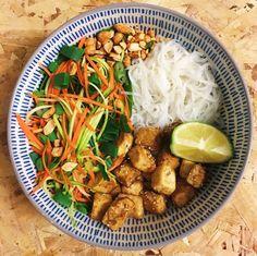 Hoy toca Buddah Bowl para cenar   Ingredientes: - Fideos de calabacín - Fideos de zanahoria - Noodles de arroz - Tofu (con salsa de soja y semillas de sésamo) - Cacahuetes tostados  YUM!  #buddhabowl #vegan #FeelGoodFeb