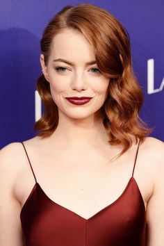 Has Emma Stone ever looked better than at last night's London premiere of La La Land? We talked to her make-up artist Rachel Goodwin to find out how to hit the beauty nail on the head every time when you're a redhead. Emma Stone Red Hair, Emma Stone Makeup, Makeup Tips For Redheads, Redhead Makeup, Stunning Redhead, Beautiful Red Hair, Redhead Hairstyles, Side Swept Hairstyles, Emma Stone Hairstyles