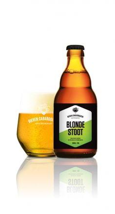 Blond bier zonder streken     Goudblond, licht, vrolijk, gemakkelijk en toch vol smaak. Blonde Stoot is een blondje dat iedereen wel ziet zitten. Ze is er graag bij op een terras, maar ook bij een etentje of feestje steelt ze de show.  •Ingrediënten: water, gerstemout, haver, hop, gist •Bier van hoge gisting met hergisting op fles en smaakevolutie •Volgens ons recept gebrouwen door brouwerij Anders! in Halen 30 IBU - 12 EBC - 5 %vol