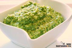 ¿Conoces la salsa jurvert? Es una salsa verde medieval de la cocina catalana que se elabora con hierbas aromáticas, frutos secos, pan tostado, ajo…