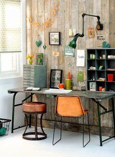 Un bureau qui semble fait de bric et de broc (enfin de beau bric et de chouette broc) pour un look industriel vintage très réussi !