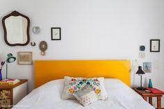 Para incrementar o quarto, a cabeceira da cama foi revestida com fórmica amarela.