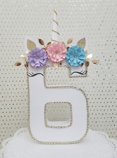 How about doing decorated numbers for your next party? Can be decorated with artificial flowers or natural, tissue paper, balloons, among others. Diy Unicorn Party, Unicorn Themed Birthday Party, Unicorn Baby Shower, Unicorn Birthday Parties, Unicorn Decorations Party, Birthday Decorations, Unicorn Centerpiece, Unicorn Banner, Unicorn Pinata