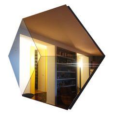 Specchio esagonale. Specchio trasparente, oro e rosa. 140 cm.