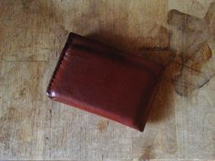 DIY Leather wallet with free printable template pattern- makes a great gift for those hard-to-buy-for men in your life!