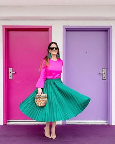 Saia plissada verde com blusa rosa Hot Pink Skirt, Green Pleated Skirt, Pleated Skirts, Stylish Dress Designs, Stylish Dresses, Pink Outfits, Classy Outfits, Casual Outfits, Pink Fashion