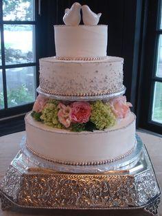 Metallic Wedding Cake. Simple wedding cake. Metallic Wedding Cake. Silver Wedding Cake. Silver themed. Wedding trends. Wedding Planning.