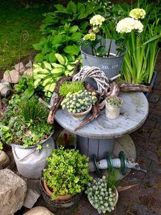 décorer le jardin avec objets de récupération table insolite pour les fleurs