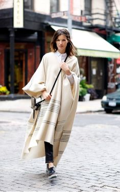 Effortless Chic Street Style with Hanneli Mustaparta – Glam Radar Style Hipster, Blanket Coat, St Style, Effortless Chic, Look Fashion, Daily Fashion, Autumn Winter Fashion, Street Styles, What To Wear