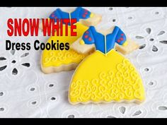 I made pretty Snow White Dress Cookies. In this video I show how to decorate cookies to make Snow White Dress Cookies. Enjoy I love to bake, decorate cookies. Onesie Cookies, Cute Cookies, Cookie Cake Decorations, Cookie Decorating, Decorating Ideas, Iced Sugar Cookies, Royal Icing Cookies, Disney Princess Cookies, Gingerbread Dough