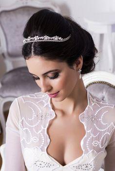 Coroa pequena clássica para noivas criada pela Graciella Starling Foto: Fabia Nunes fotografia