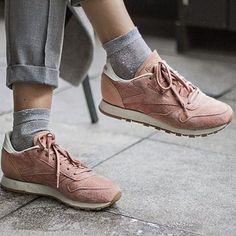 Baskets roses Reebok + pantalon habillé gris >> http://www.taaora.fr/blog/post/tenue-baskets-reebok-rose-chaussettes-grises-pantalon-a-pinces-gris-habille-chic